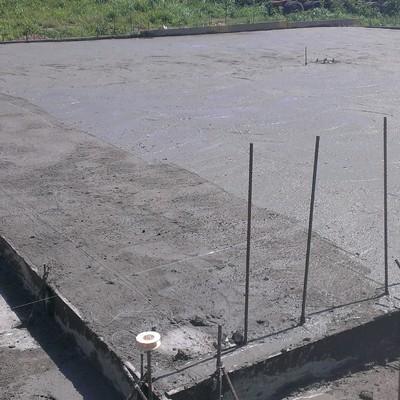Losa de suelo de hormigón armado para montaje de nave industrial de taller