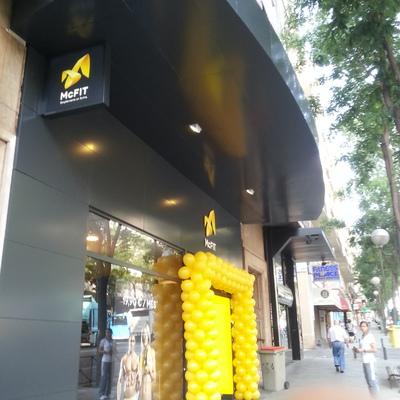 Rehabilitación de fachada con panel composite para cadena de Gimnasion McFit en Madrid