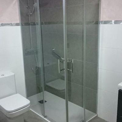 Detalle de placa ducha, mamapra y paredes