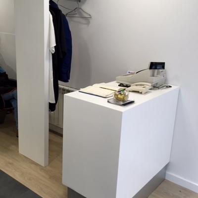 Detalle mueble perchero y mueble mostrador-caja