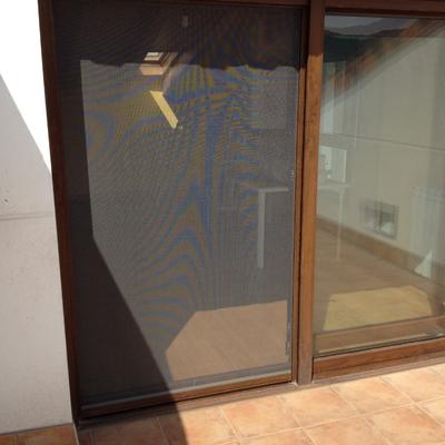 Detalle puerta oscilo-paralela con mosquitera