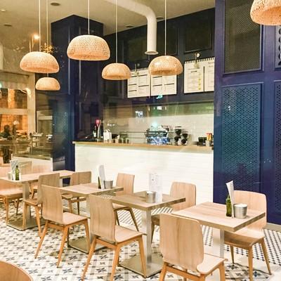 Comedor y barra del local, con paneles aislantes acústicos en las paredes.