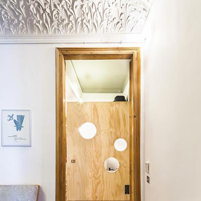 Diseño para toda la familia: una reforma ecléctica que recupera el suelo hidraúlico