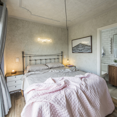 dormitorio con techo de yeso