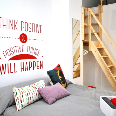 Dormitorio con cabecero de letras