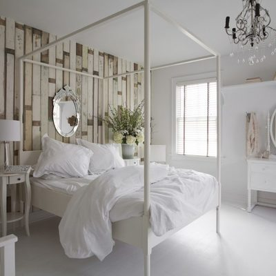 dormitorio con cama con dosel