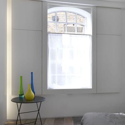 dormitorio con estores blancos