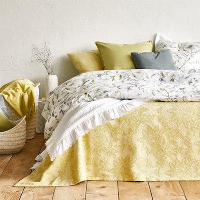 dormitorio con funda nórdica en tonos ocres
