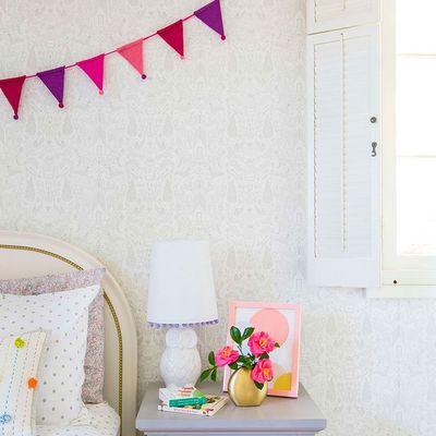 Dormitorio con motivos primaverales en rosa y lila