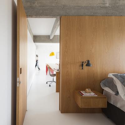 dormitorio con panelado de madera