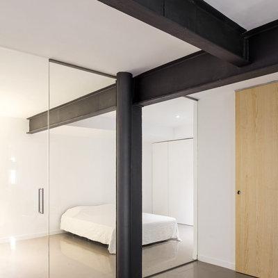 dormitorio con pared de vidrio