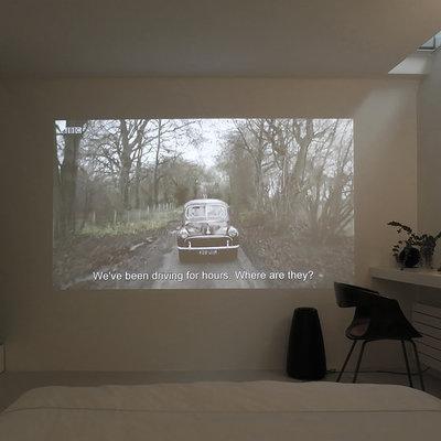 dormitorio con proyector de cine