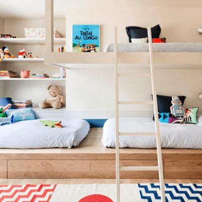 dormitorio de niños con camas bajas