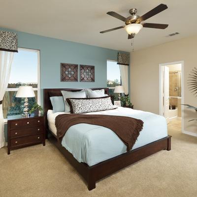 dormitorio elegante con ventilador