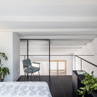 Vivir a dos escalas: un altillo para organizar tu casa