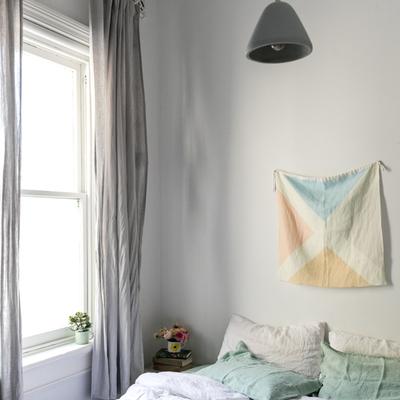Dormitorio en tonos blancos y grises
