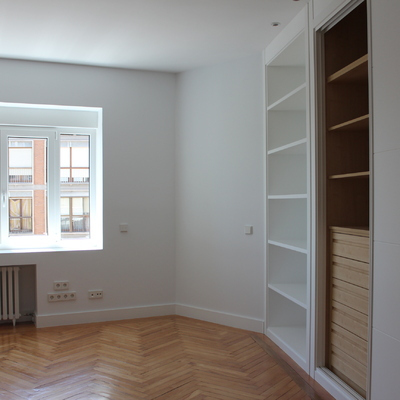 Dormitorio infantil, armario, ventana, parquet