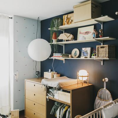 Dormitorio infantil pared azul