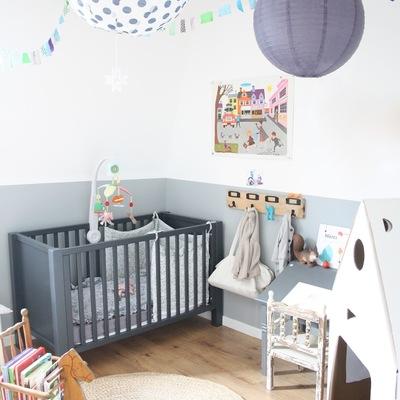 Dormitorio niños en gris y blanco