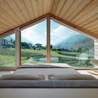Dormitorio principal con amplios ventanales