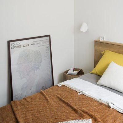 dormitorio principal con colores vivos