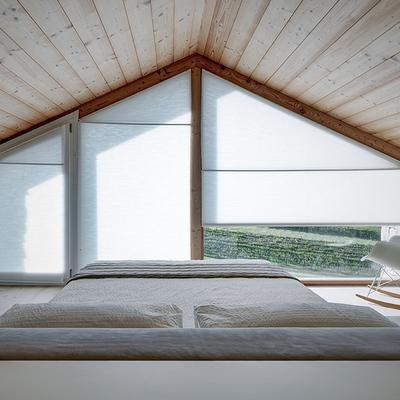 Dormitorio principal en tonos blancos