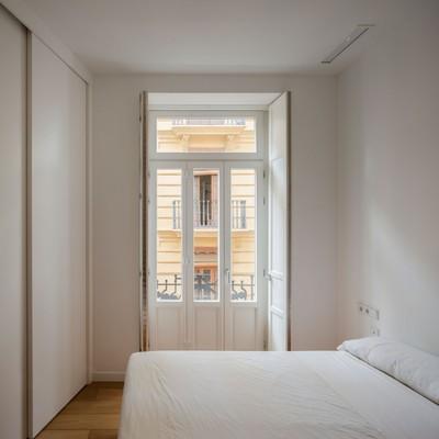 Dormitorios blancos con ventana antigua