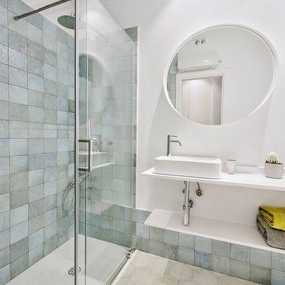 8 razones para cambiar la bañera por un plato de ducha