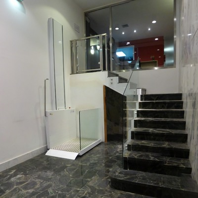 Elevador vertical corto