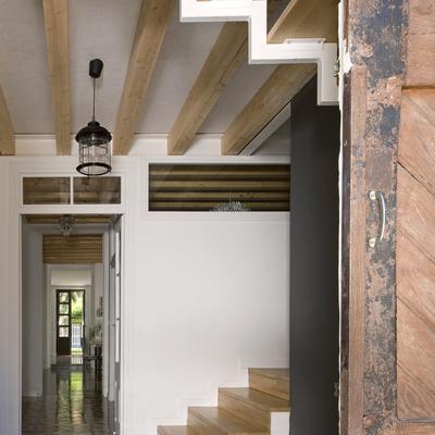 entrada bajo hueco de escalera