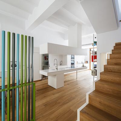 Una vivienda alegre y colorida por dentro y por fuera