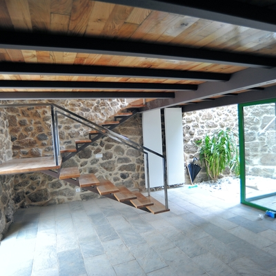 Entrada, escalera y salón