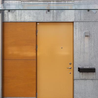 Entrada individual de la vivienda carpintería mostaza