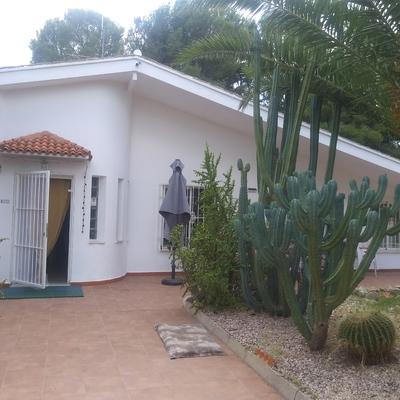 Restauración y pintado de fachada en vivienda unifamiliar