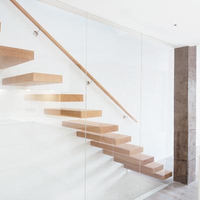 La reforma de un triplex en blanco y con una escalera de peldaños volados