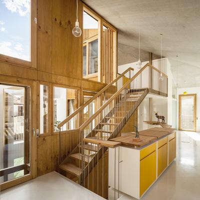 Escalera a segundo piso con cubierta inclinada
