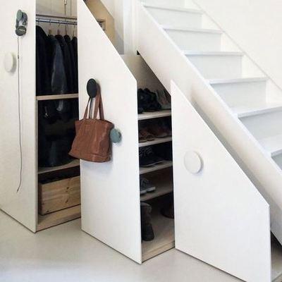 escaleras que sirven de armarios