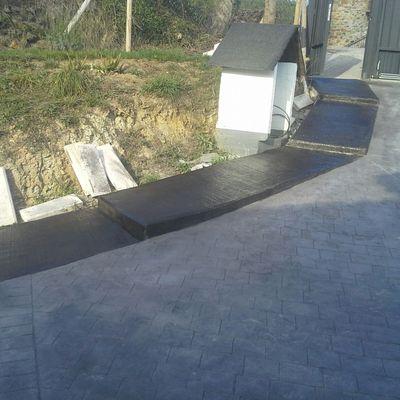 Hormigón impreso con escalera cepillada (Miraballes, Bizkaia)