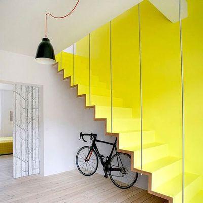 escalera amarilla como una escultura