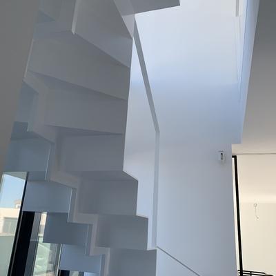 Escalera escultural de chapa plegada