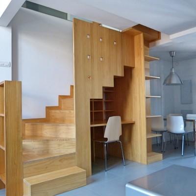 Escalera-estanteria de madera a medida