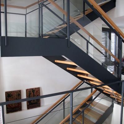 Presupuesto construir escaleras hierro online habitissimo for Escaleras metal madera para interiores