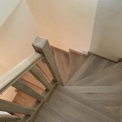 Fabricación a medida e instalación de escalera de madera maciza en duplex