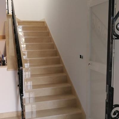 Escalera en Mármol Crema Marfil