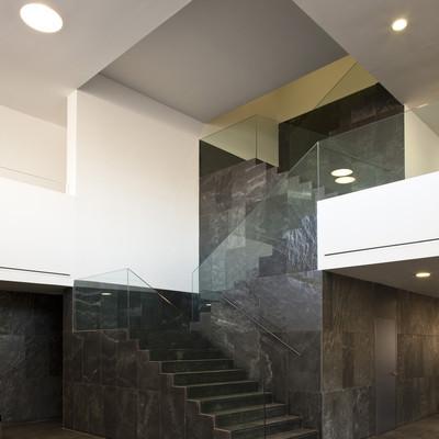 Escalera principal de edificio judicial