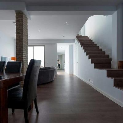 escalera+salón-comedor, cocina de fondo