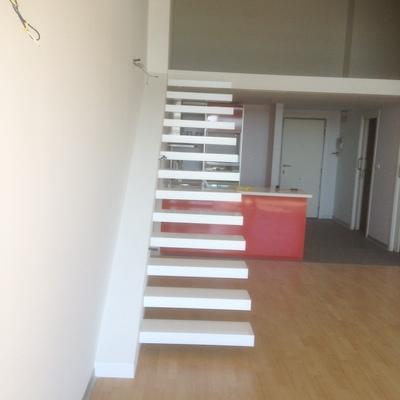 Escalera voladiza en ático
