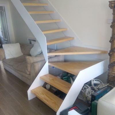 Escalera volada con chapa de hierro y peldaños de madera