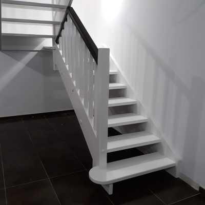 Escalera y barandilla en madera de haya lacado en blanco