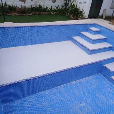 Reparación de grietas en la piscina y alicatado con gresite